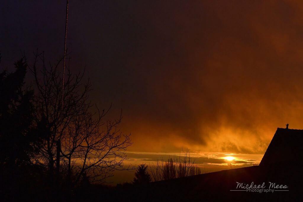 Sonnenaufgang im goldenen Herbst